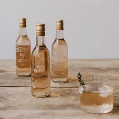 Cadeaux invités : Personnaliser des petites bouteilles de Rosé https://www.petit-mariage-entre-amis.fr/