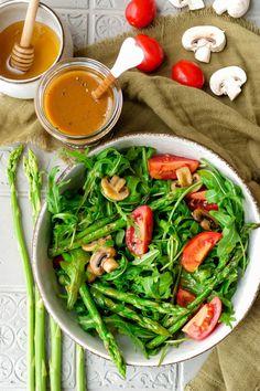 Gemischter Salat mit Champignons, Spargel und Tomaten und ein Dressing aus Honig und Senf im Glas Spinach, Vegetables, Pesto, Dressings, Dips, Food, Honey Mustard Dressing, Salads, Tomatoes
