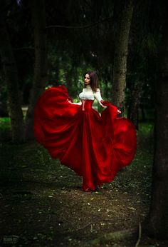 sweet red dress w red corset Foto Fashion, Red Fashion, Fashion Outfits, Red Ridding Hood, Red Corset, Maquillage Halloween, Glamour, Foto Art, Shades Of Red