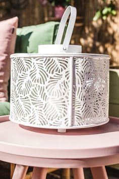 Palletbanken zijn een trend! Niet bang voor wat vrolijkheid in de tuin of op het balkon? Geef jouw palletbank een oosters tintje met de tuintrend 'oriental pastels'. Bij deze trend draait alles om het combineren van zachte pasteltinten met oosterse prints en materialen als rotan en bamboe. #orientalpastel #tuintrends #palletbank #palletbanktrend #orientalpasteltuin #palletkussens #pallettuinmeubilair #windlichtdecoratie #sierkussenstuin #tuinpastel #pasteltintentuin Pallet Bank, Home Decor, Decoration Home, Room Decor, Home Interior Design, Home Decoration, Interior Design