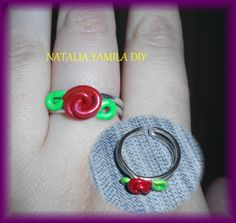 Anillo artesanal de alambre de aluminio adaptable con terminación en forma de rosa . Handmade wire ring DIY . rose .
