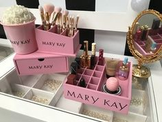 Kit Mary Kay 3 peças (Bandeja + Pote+ Porta pincel Mdf) Mary Kay Party, Mary Kay Uk, May Kay, Imagenes Mary Kay, Glamour Decor, Mary Kay Cosmetics, Makeup Organization, Perfume Bottles, Soya