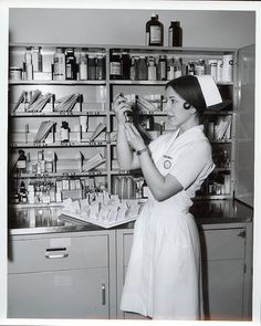 Old school nurse. I actually like these uniforms! History Of Nursing, Medical History, Nurse Pics, Nurse Stuff, Nursing Students, Nursing Schools, Student Nurse, Nursing Profession, Nurse Bag