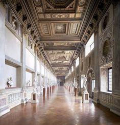 Candida Höfer, Palazzo Ducale Mantova, Galleria della mostra, 2011, 180 x 169 cm © Candida Höfer