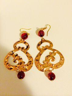 Orecchini con componenti color oro e pietre dure