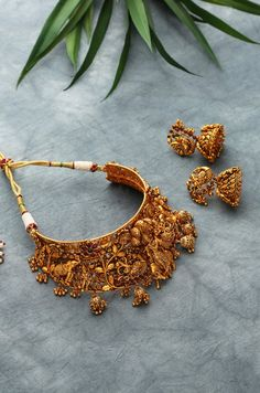 Vanyapa Gold Tone Temple Work Necklace with Jhumkis Antique Jewellery Designs, Fancy Jewellery, Gold Jewellery Design, Gold Jewelry, Jewelry Design Earrings, Gold Earrings Designs, Necklace Designs, Indian Jewelry Sets, Indian Wedding Jewelry