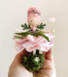 Fairy Crafts, Doll Crafts, Diy Doll, Wood Peg Dolls, Clothespin Dolls, Flower Fairies, Flower Petals, Diy Party Crafts, Ballerina Ornaments