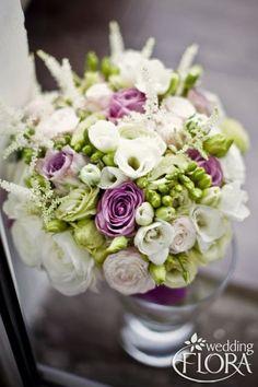 Bukiet ślubny z eustomy, frezji i ciemno różowej róży z odrobiną żywej zieleni, fot. Piotr Spiegiel