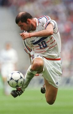 Ziz😍ou A great midfielder french, won the Golden Ball as the most valuable player in the World Cups of 1998 and Zidane was named FIFA player of the year in and He retired from professional soccer after leading France to the finals of the 2006 World Cup. Sports Football, Best Football Players, Football Is Life, World Football, Soccer Players, Baseball, Football Poses, College Football, Zinedine Zidane