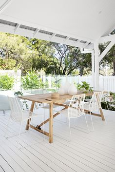 Our Makeni Outdoor Dining Chairs paired with our Aruba Dining Table and Ingoma Vase 🙌🏼 Perfect for indoor outdoor entertaining areas! 🍃❤️ Styling & Photography #villastyling Location #barrel.and.branch.byron