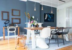 peinture bleu gris pigeon dans la salle à manger éclectique avec chaises dépareillées