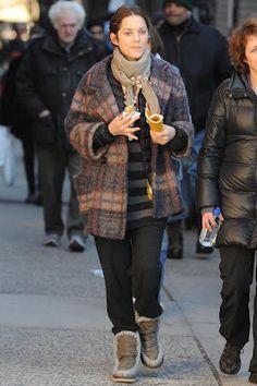 Marion Cotillard si protegge dal freddo con un cappotto di lana a quadretti e con gli stivali Mou Boots.