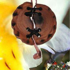 Bijou en bois (olivier de Manosque - 04), cuivre et cuir. art singulier visitez mon site, mon blog sur http://amabati.com
