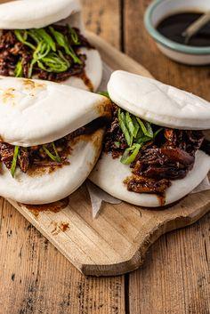 Bao's met zoete kip uit Chinese Takeaway met 5 ingrediënten Gua Bao, Boys Food, Bao Buns, Dim Sum, Dumplings, Asian Recipes, Camembert Cheese, Nom Nom, Sandwiches