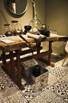 Wnętrza, Cementowe płytki podłogowe - salon i przedpokój - Rustykalne płytki z cementu Więcej informacji: http://www.kolorymaroka.pl/categor...