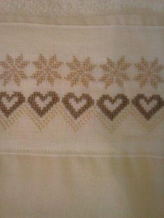 Toalha de Lavabo, com bordado em ponto cruz e detalhe em tecido.