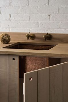Simple kitchen cupboards, wooden worktop with underslung sink - - - Copper sink - modern rustic kitchen by Sebastian Cox for deVOL Urban Rustic, Modern Rustic, Rustic Style, Rustic Kitchen Design, Interior Design Kitchen, Rustic Design, Devol Kitchens, Cocinas Kitchen, Cuisines Design