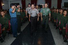 800 Taruna TNI dan Polri Pendidikan Bersama di Akmil Magelang:http://www.intriktimes.com/http:/www.intriktimes.com/topik/intriktimes/800-taruna-tni-dan-polri-pendidikan-bersama-di-akmil-magelang/