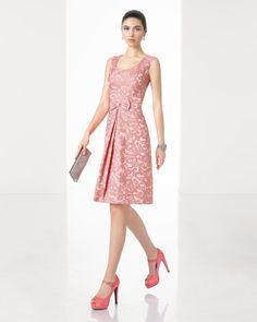 Vestido corto clásico de costura de brocado con cuello redondo y lazo delantero, en color coral, azul y cobalto.