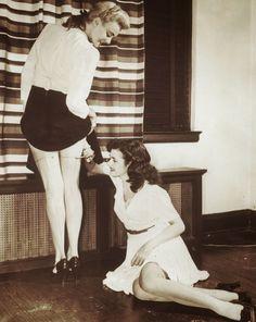 1942: Kobiety malują swoje nogi, naśladując tym samym pończochy.