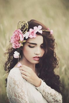 many charms of ana rosa . X ღɱɧღ Girls With Flowers, Flowers In Hair, Silk Flowers, Foto Glamour, Party Mode, Boho Stil, Floral Headpiece, Floral Hair, Green Eyes
