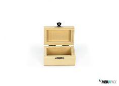Pequeno baú de madeira com fecho dourado…