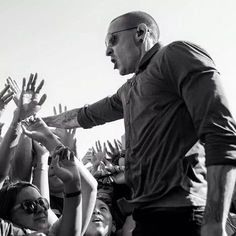 Chester and his fans❤❤❤