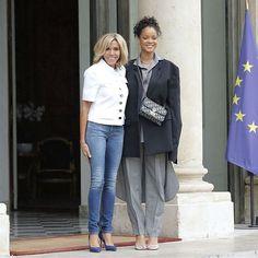 """O Palácio Elysée em Paris recebeu uma visita especialíssima na tarde de ontem: de look @balenciaga e @dior @BadGalRiri foi recebida por @EmmanuelMacron presidente da França e Brigitte Macron primeira-dama para falar sobre educação. """"Mal consigo acreditar em o quão incrível foi este encontro! Estou tremendamente impressionada com o comprometimento deles em fazer um impacto global na educação. Foi uma honra conhecê-los e discutir nossos planos para o futuro próximo!"""" escreveu Rihanna que é…"""