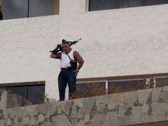 !!! VEN A BUSCARME TÚ, MADURO.!!!! Gritó el General Vivas desde adentro de su casa, fusil en mano :: pic.twitter.com/Pj33efWpXB