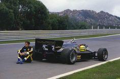 Senna sentado ao lado de sua Lotus.      Se passou no ano de 1985 em Portugal na pista de Estoril, quando por algum defeito o carro deixou Senna na mão durante o treino.    Vale destacar que ele acabou conquistando sua primeira vitória na F1 debaixo de chuva nesse fim de semana.