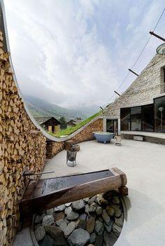 Die Architekturbüros CMA und SeARCH haben zusammen die Villa Vals geschaffen. Sie konzentrierten sich dabei auf die Frage, ob es möglich sei ein Haus in der alpinen Berglandschaft zu verstecken, ohne dabei auf die tolle Aussicht zu verzichten und für genügend Lichteinfall zu sorgen. Sie entschieden sich dafür einen Innenhof in den steil abfallenden Hang zu integrieren, der für eine Fassade und damit für die Möglichkeit Fenster einzubauen sorgt. Der Blickwinkel vom Gebäude aus ist leicht…