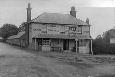 - The Castle Inn , Upper Hale , Farnham , Surrey - photograph Old Pictures, Old Photos, Farnham Surrey, Castle, England, Cabin, History, House Styles, Photograph