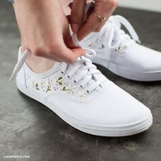 Embroidery shoes - Make your own daisy embroidered sneakers for spring – Embroidery shoes Embroidery Sneakers, Embroidery On Clothes, Embroidered Clothes, Embroidery Fashion, Diy Embroidery, Diy Embroidered Vans, On Shoes, Me Too Shoes, Bordados E Cia