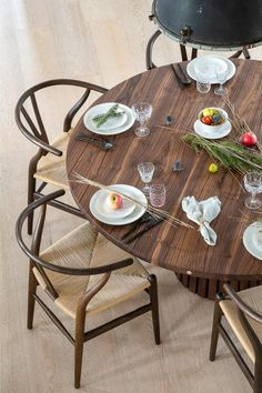Rundt_plankebord_mjölner_træfolk-7 Dinning Table, Diy Table, New Beginnings, Table Settings, Sofa, Furniture, Wishbone Chair, House, Home Decor