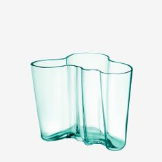 iittala Aalto Water Green Vases Make any room a peaceful temple with the water green Aalto vase. The calming color makes this vase a soothing accent that will make any room a more tranquil place. The vase beautifully refracts subtle . Vase Design, Design Floral, Vase Centerpieces, Vases Decor, Candle Vases, Clear Vases, Alvar Aalto Vase, Vase Vert, Best Hacks