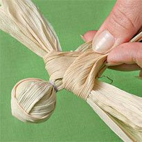 manualidades-hojas-de-maiz-5 Nature Crafts, Fall Crafts, Christmas Crafts, Christmas Ornaments, Corn Husk Crafts, Corn Husk Dolls, November Crafts, Newspaper Crafts, Clay Dolls