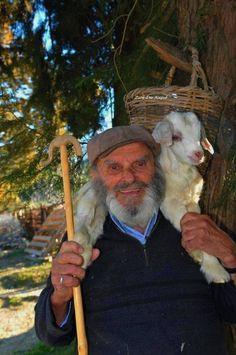 33 συγκινητικές φωτογραφίες ανθρώπων που έμειναν πίσω στο χωριό Aot Characters, Man Go, Working People, Greek Islands, People Around The World, Art Reference, Cyprus, Photography, Animals