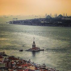 The Leander's (or Maiden's) tower and the old city (with Hagia Sophia & the Sultan Ahmet Mosque), viewed from the Asian side. Istanbul Tourist Attractions, Istanbul Hotels, Pamukkale, Wonderful Places, Beautiful Places, Places Around The World, Around The Worlds, Capadocia, Empire Ottoman