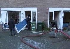 """1-Feb-2015 19:13 - 'ALLE SPULLEN VAN DE MUUR EN DE LAMP KWAM NAAR BENEDEN'. De Moddermanstraat in Rotterdam, iets voor half vijf vanmiddag. Een enorme knal slaat de gevel weg van een portiekwoning. Waarschijnlijk is er gas ontploft. Een man in een rood Feyenoordjack staat een klein uur later in de straat een verslaggever te woord. """"Mijn pui is eruit, de lamp kwam naar beneden, alle spullen van de muur. Het is echt verschrikkelijk."""" De ravage is enorm. Tot op 200 meter van de woning waar..."""