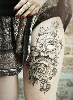 Pivoine tatouage sur la cuisse tatouage.  Aimez le contraste entre la jupe et le tatouage.