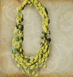 Collana tessile verde con tulle, seta e lana cotta di Luciana Torre - accessori tessili handmade e ceramica dipinta a mano. Pezzi unici su DaWanda.com