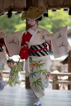 Maiko Sayaka performed Suzume Odori, sparrow dance. She is one of the most skillful dancers among Gionkobu Maiko.