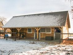 Houten paardenstal bij sneeuw Horse Shed, Horse Stalls, Dream Stables, Dream Barn, Small Horse Barns, Horse Shelter, Horse Ranch, Hobby Farms, Modern Farmhouse Style