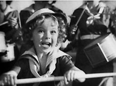 Shirley Temple was easily the most popular and famous child star of all time. She got her start in the movies at the age of three and soon progressed to super stardom. Shirley could do it all: act, sing and dance and all at the age of five! Temple Movie, Shirly Temple, Old Movie Stars, Child Actresses, Child Actors, Great Depression, She Movie, Thing 1, Old Hollywood