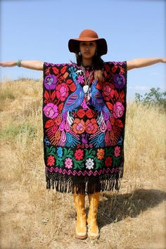 APEX ART is a place for share the some of arts and crafts such as cross stitch , embroidery,diamond painting , designs and patterns of them and a lot of othe. Mexican Outfit, Mexican Dresses, Mexican Style, Hippie Style, Hippie Chic, My Style, Poncho Outfit, Bohemian Mode, Kimono
