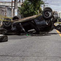 SP: carro capota e dois ficam feridos em acidente