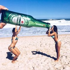 20 great examples of what EPIC vacation photography means Cute Beach Pictures, Cute Friend Pictures, Best Friend Pictures, Cool Pictures, Cool Photos, Beach Photography Poses, Beach Poses, Creative Photography, Beach Photography Friends