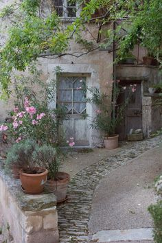 I love France. Would love to live there some day. credit: Provence - back courtyard (© TrésorParisien - Aisling Greally French Cottage, French Country House, Rustic French, Cottage Style, Country Living, Beautiful Homes, Beautiful Places, Exterior, Garden Cottage