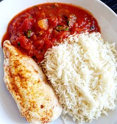 Mittagessen : Hühnchenbrust  mit einer leckeren Tomatensoße und Basmatireis . Lunch : Chicken breast with a yummy tomato sauce and basmati rice  #gesund #lecker #healthyfood #healthy #picoftheday#fitfam #foodporn #food #eatclean#fitness #cleaneating #fit #shred#carbload #motivation #postworkout#lowcarb #abs #abnehmen #essen #workout #gym #weightloss #workout #fitnessmotivation #abnehmen2016 #healthylifestyle #training #gain #weightloss by onelifeonechance86