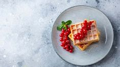 Gaufres aux petits fruits et fondant érable et crème - Cuisinez! - Télé-Québec Quebec, Fondant, Brunch, Waffles, Breakfast, Desserts, Food, Belgian Waffle Maker, Seasonal Fruits